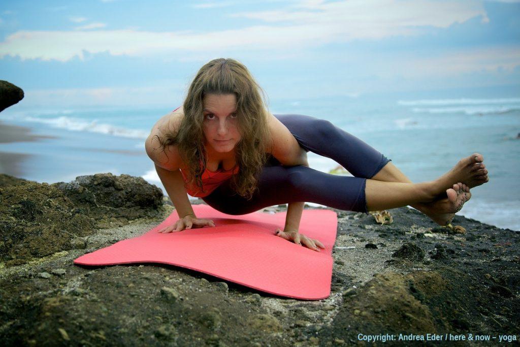 Andrea Eder / here & now – yoga / Astavakrasana