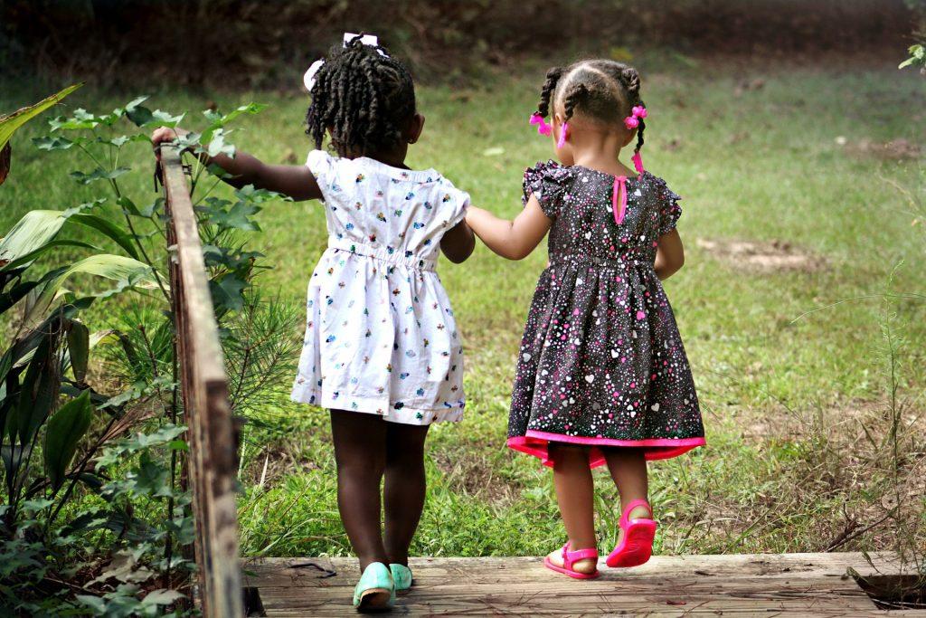 Kinder unterstützen sich gegenseitig